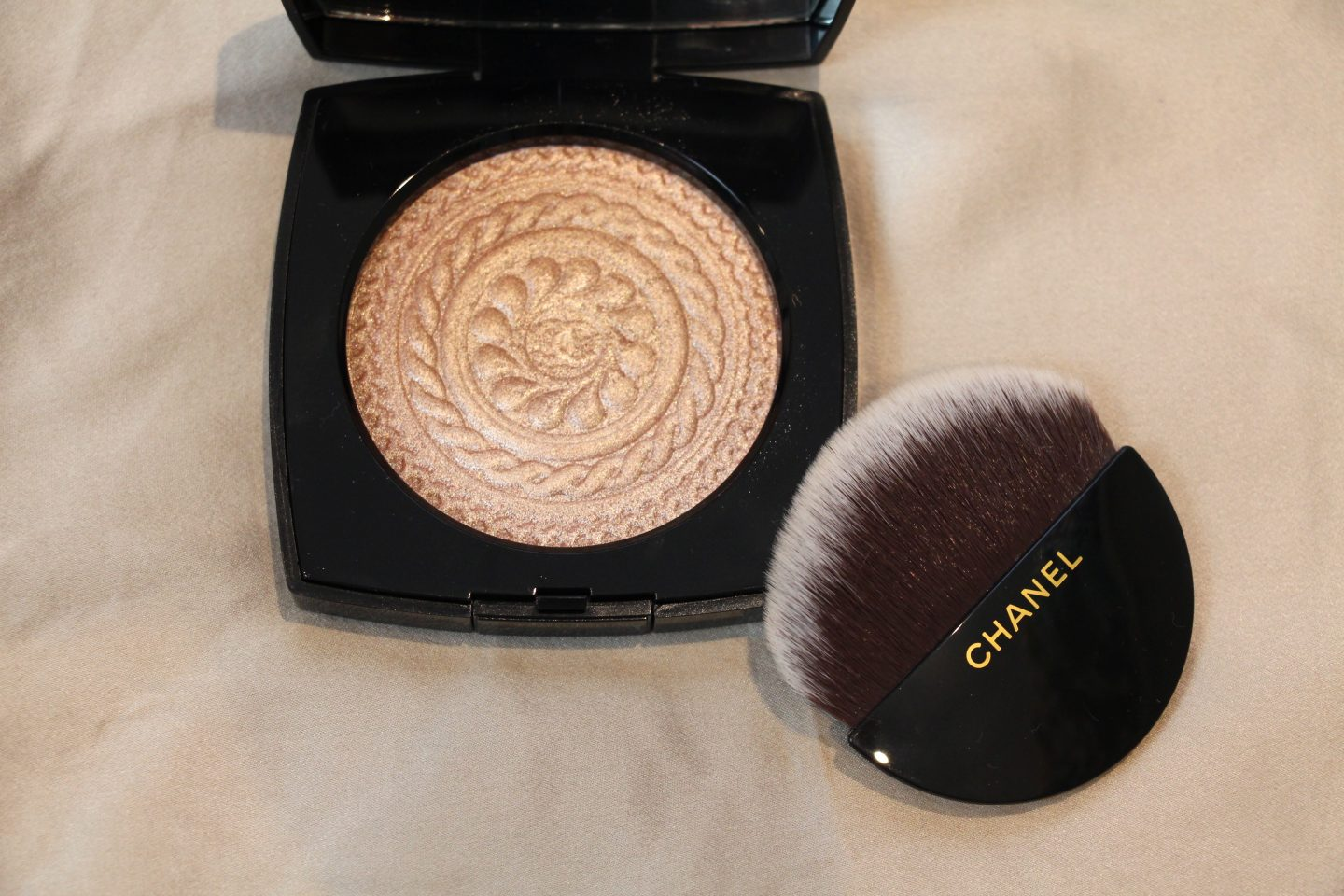 Chanel Holiday 2019 Collection: Les ornements de Chanel Highlighter - Éclat Magnétique de Chanel illuminating powder in Metal Peach